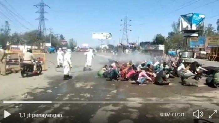 Kacau Setelah 'Lockdown', Kini Video Pekerja di India Disemprot Disinfektan Picu Kemarahan