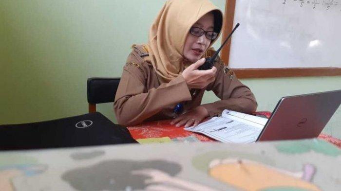 Tak Tega Lihat Murid Tak Bisa Belajar karena Kehabisan Paket Data Internet, Guru di Madiun Pakai HT